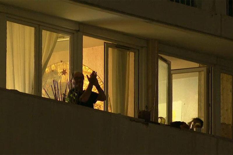 ببینید ، تشویق دست جمعی پزشکان از پنجره خانه ها در فرانسه و سوییس